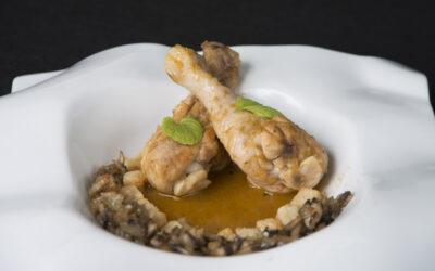 Jamoncitos de pollo guisados y champiñones caramelizados