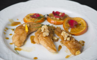 Solomillos de pollo con salsa de naranja y miel acompañado de almendras tostadas