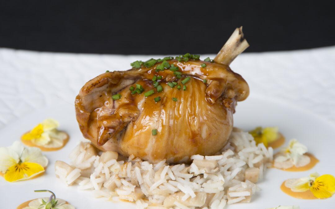 Jarrete de pollo con arroz, setas sitake y salsa teriyaki