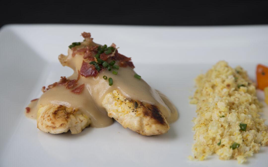Solomillos de pollo con velouté de ave y cuscús de coliflor