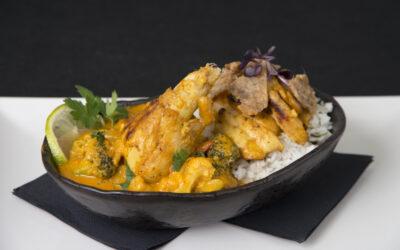 Curry sabroso de muslos de pollo y hortalizas con arroz basmati al estragón