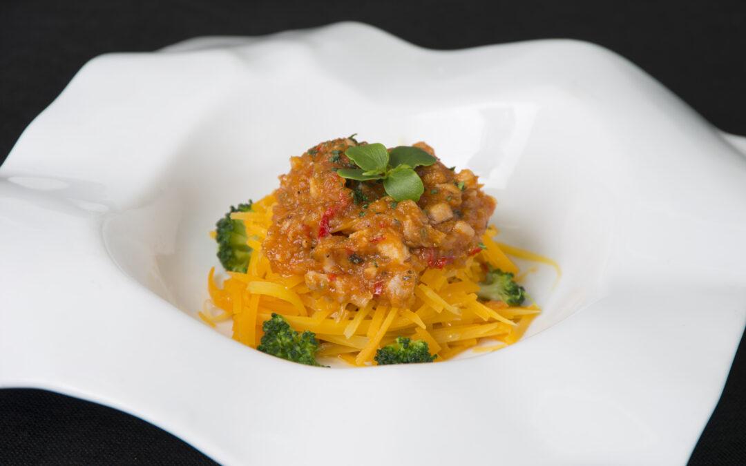 Espaghettis de calabaza con salsa de verduritas y pollo