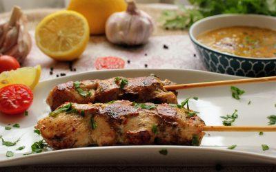 Pinchitos de pollo con salsa chimichurri argentina