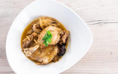 Receta: Pollo rustido con pasas y piñones